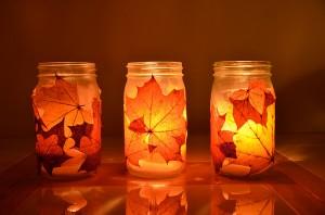 Frascos de vidrio decorados con hojas secas