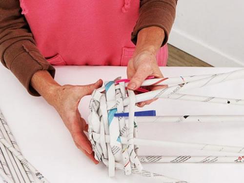 Cesto con papel de diario reciclado espacio sustentable - Cestas de papel de periodico paso a paso ...
