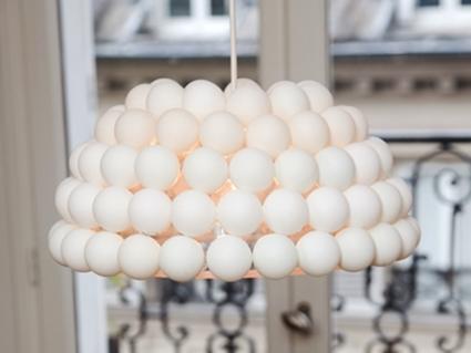Lamparas recicladas con pelotas de ping pong espacio - Como hacer una lampara de pared ...