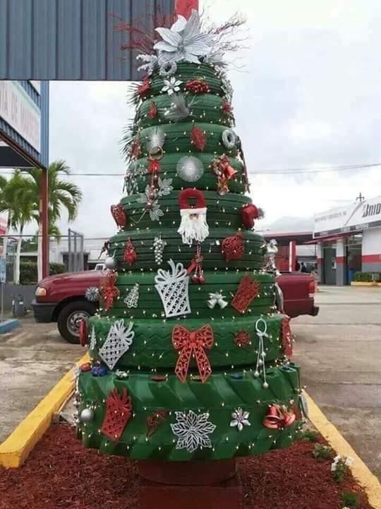 Arbol de navidad con neumáticos reciclados