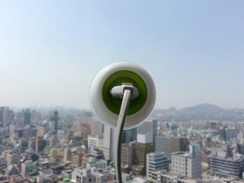 Las ventosas se adhieren a las ventanas y detrás tiene un panel solar donde almacena energía.
