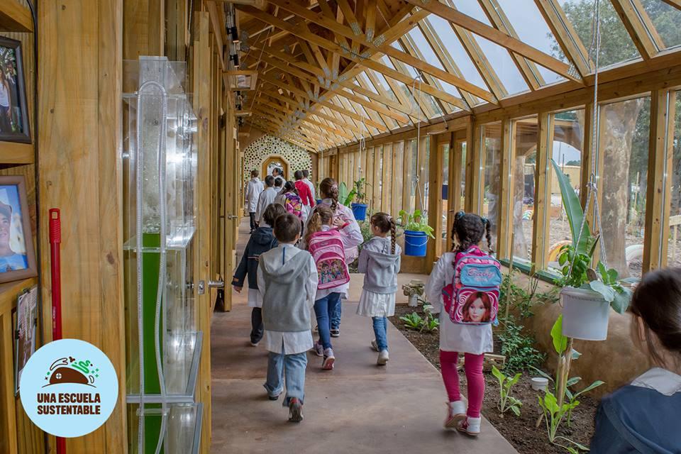 Galería que forma parte del recorrido de los 40 niños que asisten a clase.