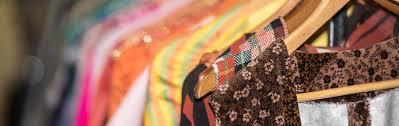 Elijamos prendas que utilicen algodón orgánico o de colecciones vintage.