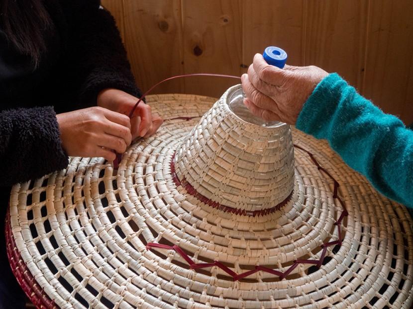 El entramado es formado por tiras de plástico y mimbre.