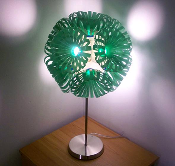 Lámpara diseñada con botellas plásticas recicladas